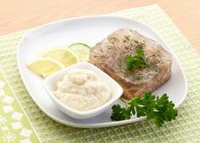 Aspic de boeuf du plat blanc avec le citron, le concombre, le raifort et le persil photographie stock libre de droits