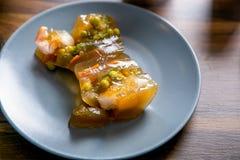Aspic de sterlet, de sandre et de crevette dans la coupe Classe principale dans la cuisine Le processus de la cuisson Point par p photographie stock libre de droits