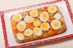Aspik von gekochten Eiern und von Huhn auf Platte Lizenzfreies Stockbild