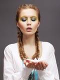 Aspiração. Mulher caucasiano no vestido branco que libera o pombo do origâmi. Bondade fotos de stock