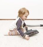 Aspirador de la limpieza del niño joven fotos de archivo libres de regalías