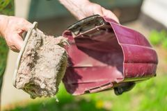 Aspirador de la limpieza del polvo y del fango al aire libre Concepto del quehacer doméstico Imagenes de archivo