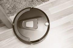 Aspirador de p30 do robô no vintage de madeira do assoalho Imagem de Stock Royalty Free