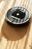 Aspirador de p30 robótico na limpeza esperta do assoalho de madeira estratificado técnica Imagens de Stock