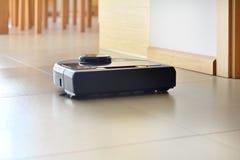Aspirador de p30 robótico no assoalho telhado brilhante imagem de stock royalty free