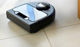 Aspirador de p30 robótico no assoalho telhado brilhante fotografia de stock