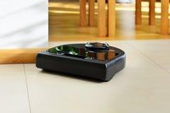 aspirador de p30 robótico no assoalho telhado e de madeira brilhante imagens de stock royalty free