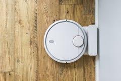 Aspirador del robot en piso de madera La visi?n desde la tapa Concepto casero elegante Limpieza autom?tica fotos de archivo libres de regalías