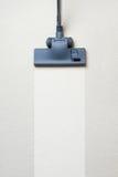 Aspirador en la alfombra con el espacio de la copia imagenes de archivo