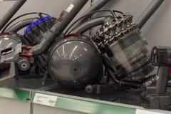 Aspiradores en el supermercado de los aparatos electrodomésticos Fotografía de archivo