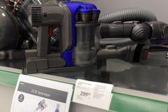 Aspiradores en el supermercado de los aparatos electrodomésticos Fotografía de archivo libre de regalías