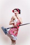 Aspirapolvere affamato: grembiule d'uso della bella giovane donna sexy divertente della casalinga & esaminare macchina fotografic Immagini Stock Libere da Diritti