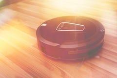 Aspirapolvere robot sul pavimento di parquet di legno, vuoto astuto, nuovo Fotografie Stock Libere da Diritti