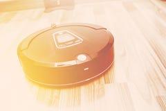 Aspirapolvere robot sul pavimento di parquet di legno, vuoto astuto, nuovo Immagine Stock Libera da Diritti