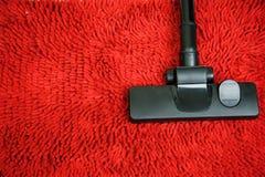 Aspirapolvere su tappeto rosso Fotografia Stock Libera da Diritti
