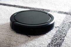 Aspirateur robotique sur le tapis Image libre de droits