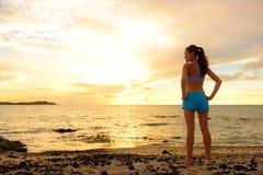 Aspiraties - vrouw die weg met inspiratie kijken Stock Fotografie