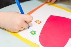 Aspiration d'enfant une carte postale Des enfants sont engagés en couture La fille signe une carte postale le 14 février Images libres de droits