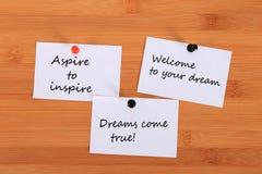 Aspire inspirar Boa vinda a seu sonho Os sonhos vêm verdadeiro! Note o pino no quadro de mensagens imagem de stock royalty free