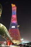Aspirera det tornaka facklahotellet i Doha, Qatar på natten royaltyfri foto