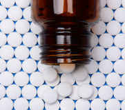 Aspirin dans les rangées avec la bouteille sur le dessus Photo libre de droits