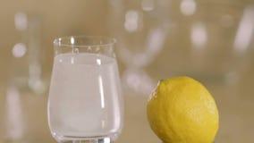 Aspirin disuelve en un vidrio de agua, a cámara lenta, primer almacen de metraje de vídeo