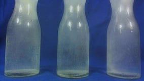 Aspirin o pillola effervescente che cade in un bicchiere d'acqua su fondo blu stock footage