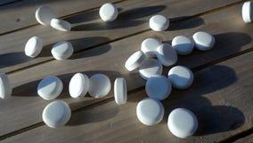 Aspirin que cae en la cámara lenta metrajes