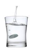 Aspirina en chapoteo del agua Foto de archivo libre de regalías
