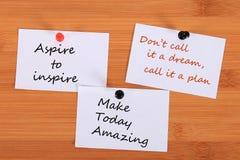 ` Aspiruje inspirować ` ` Don ` t wezwanie ja sen, dzwoni je plan ` ` Robi Dzisiaj Zadziwiać ` Nutowa szpilka na tablicie informa fotografia stock