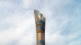 Aspiruje wierza, nadający przezwisko pochodnia Doha, lokalizować w aspirującej strefy kompleksie blisko Khalifa zawody między zdjęcie royalty free