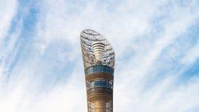 Aspiruje wierza, nadający przezwisko pochodnia Doha, lokalizować w aspirującej strefy kompleksie blisko Khalifa zawody między fotografia royalty free