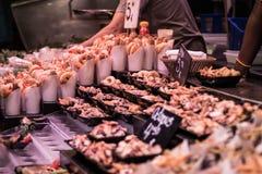 asportabile Gamberetti, polipo e calamaro fritti fotografie stock
