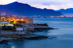 Aspra镇在巴勒莫附近的在黎明 免版税图库摄影