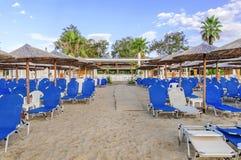 ASPROVALTA、希腊- AVGUST 28, 2016个海滩与全部sunbeds的酒吧飞溅和天空背景在Asprovalta 图库摄影