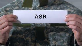 ASR som är skriftlig på papper i händer av den manliga soldaten, akut spänningsreaktion, closeup lager videofilmer