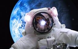 Asrtonaut en espacio profundo cerca del planeta earthlike Elementos de esta imagen equipados por la NASA Foto de archivo