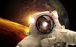 Asrtonaut i djupt utrymme nära den earthlike planeten Beståndsdelar av denna avbildar möblerat av NASA royaltyfri illustrationer