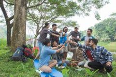 Assado ao acampar na floresta fotos de stock royalty free