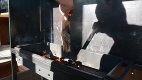 Assado ao ar livre Salsichas suculentas saborosos que grelham sobre um fogo filme