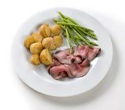 Assado com batatas e aspargo da carne Fotografia de Stock