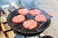 Assado com carne grelhada nos carvões quentes da grade fotografia de stock royalty free