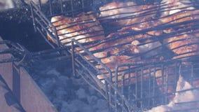 Assado com carne suculenta na grade exterior carvões e emanações quentes 4K filme