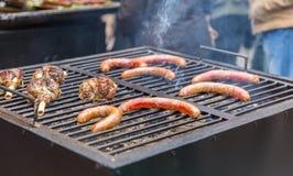 Assado com partes de carne deliciosas e de salsichas na grade foto de stock