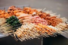 Assado da almôndega do fast food da rua em Vietname fotos de stock