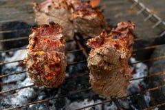 Assado da carne assada de Prepairing na grade rústica imagens de stock