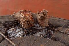 Assado da carne assada de Prepairing na grade rústica fotos de stock royalty free