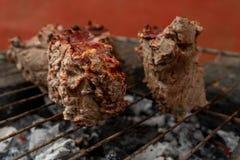 Assado da carne assada de Prepairing na grade rústica foto de stock
