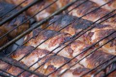 Assado da carne Salsichas com o queijo girado no bacon em um close-up da grade do metal foto de stock royalty free