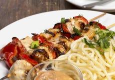 Assado da galinha com espaguetes fotografia de stock royalty free